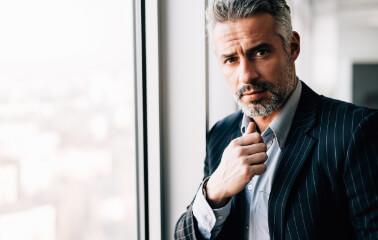 Gri Saç Karizması: Kır Saçlı Erkekler İçin Saç Modelleri